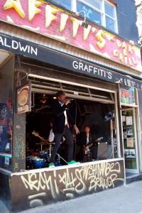 Musik aus einer offenen Bar