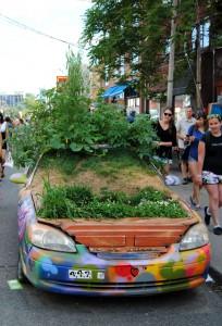 Kreuzberg hat bunte Trabbis, Kensington Market ein Kräutergarten-Auto