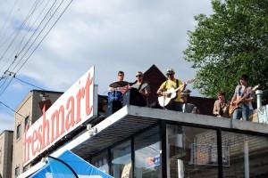 Eine der besseren Bands stand auf diesem Supermarktdach