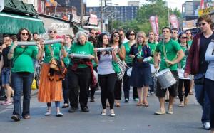 Die zweite Trommlergruppe kam im Anschluss die Straße hochmarschiert und war: lauter ;)